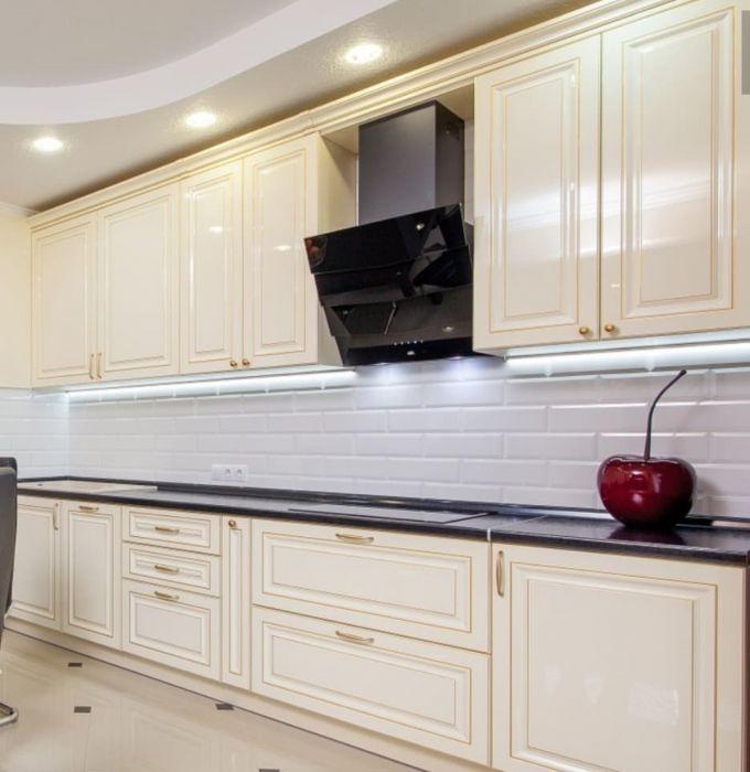 Светлая кухня с черной вытяжкой фото